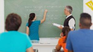 meisje aan het bord met haar leraar