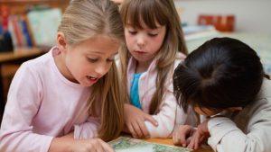 jaarverslag: leerlingen lezen samen in boek