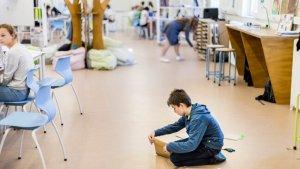 nieuwe school starten: jongen in de studio in Oostende