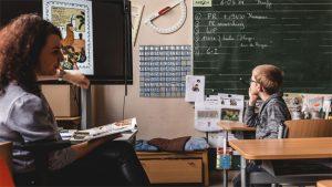 Laïla Koubaa leest voor in de klas